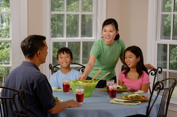 family-eating-at-the-table-619142_1920 (1)